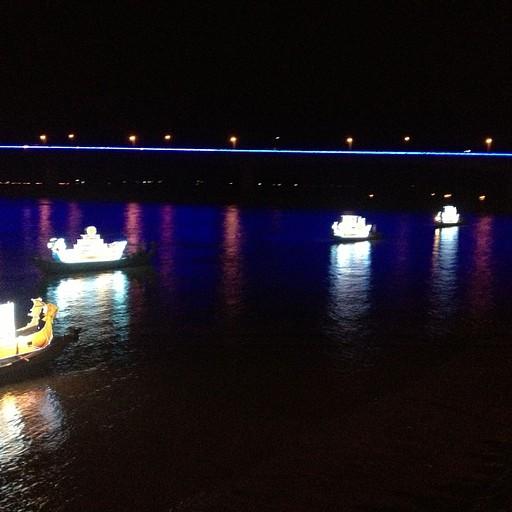 קשה קצת לצלם בלילה, אבל הנה טעימה קטנה ממופע הסירות בפסטיבל המים