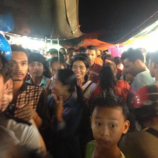 המוני קמבודים בפסטיבל המים