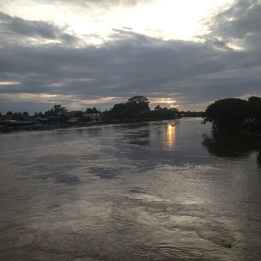 הנהר בקמפונג תום לעת ערב