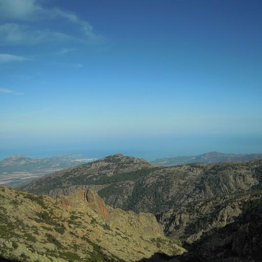 הנוף ההררי עם מפרץ קלבי ברקע