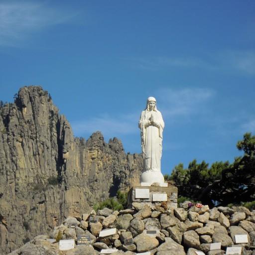 פסל של מריה הבתולה. מקום עלייה לרגל ברחוב הראי של העיירה.