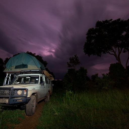 סופת ברקים מאחורי עננות כבדה.