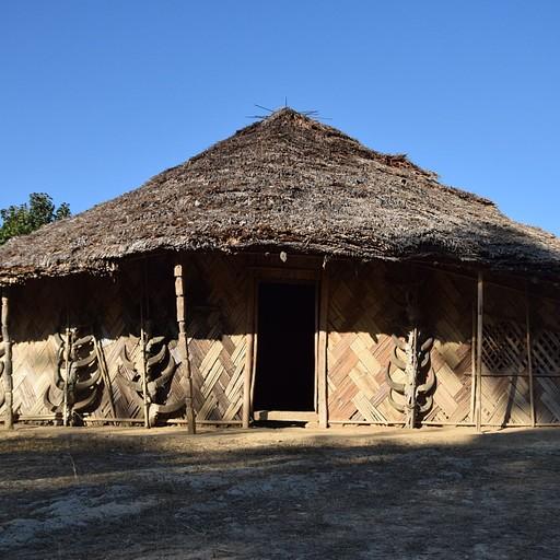 הבית של הנשיא של הכפר שמעוטר במאות גולגולות