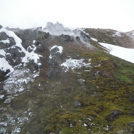 קיטור פורץ מבטן האדמה וממיס את השלג