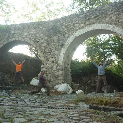 הגשר מעל הנחל שעובר באמצע Galata