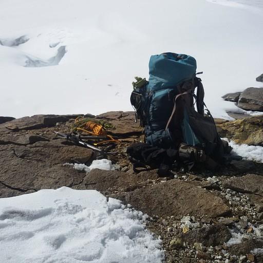 אפשר לראות את הבורות של הסדקים בקרח, עמוקים, מסוכנים ובלתי נראים..