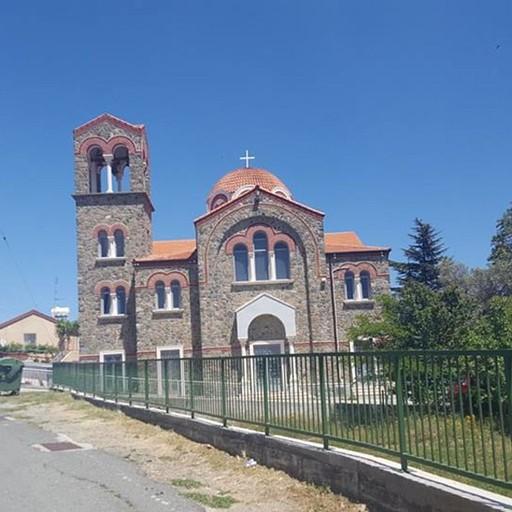 הכנסיה במרכז הכפר כאן מומלץ להחנות