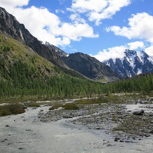 הנהר עם ההרים ברקע