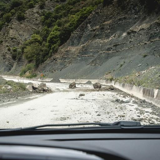 אבנים ענקיות שניתקו מההר ונפלו אל הדרך