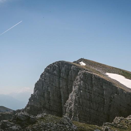 הר גמילה (ניתן להבחין במטיילים על הפסגה)