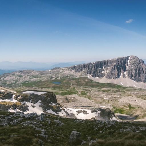 הנוף מהר גמילה לכיוון הר אסטרקה. מימין על האוכף אפשר לזהות בקושי את הרפיוג'