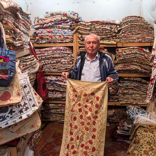 מוכר סוזאני בשווקים המקורים