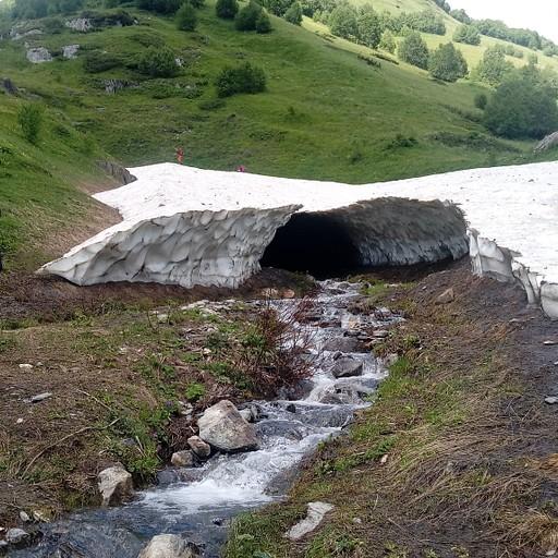 קרחון קטן לצד הדרך.