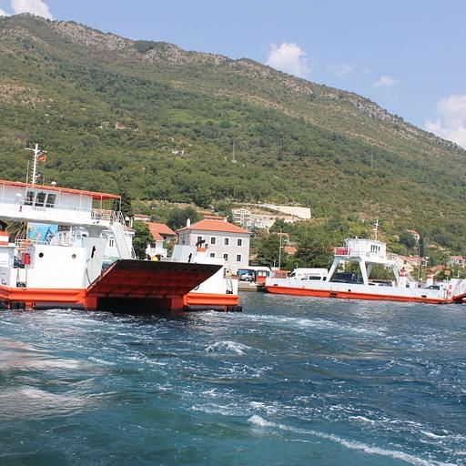 מעבורת שחוצה את מפרץ קוטור