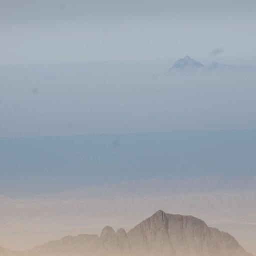 נופים מהר קתרינה - הר במרחק אחרי מפרץ סואץ