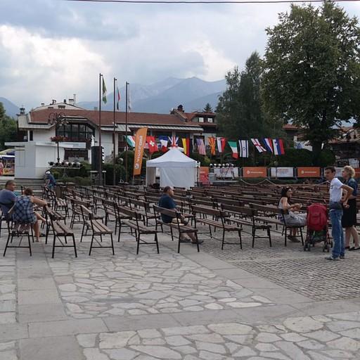 הכיכר המרכזית של בנסקו ערוכה להופעות של הפסטיבל. בונוס: דגל ישראל בשרשרת הדגלים.