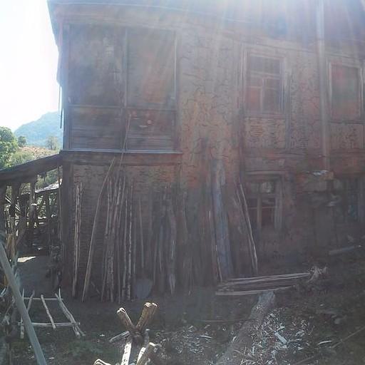 הגברת הראשונה של הכפר Chie שכולל להערכתי ארבעה בתים. היא הופיעה בדיוק בזמן כדי להראות לי שהשביל ממשיך בתוך החצר שלה