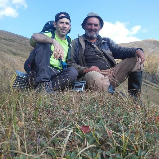 האיכר בעל שמונת הכלבים יורד אלי מהרכס שבין ההרים Apralo  ו- Khakhamatis   ויושב איתי עד יעבור העדר.