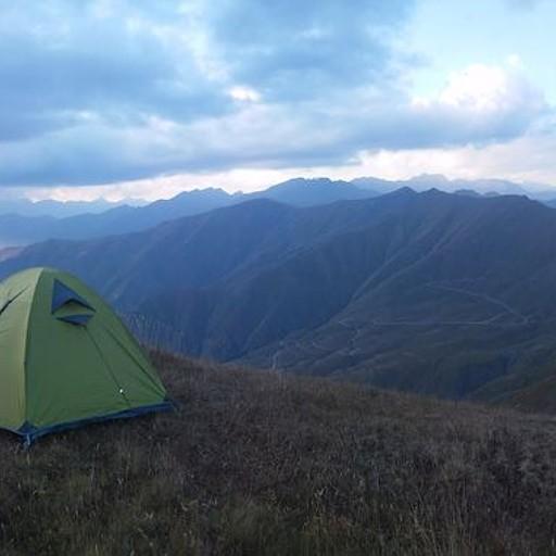 שינה בגובה 3000 מטר מתחת לאוכף המוביל לפיסגת Khakhamatis