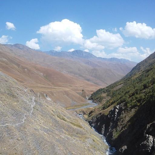 הדרך ל- Girevi מלווה את נחל Khvakhidistsali.
