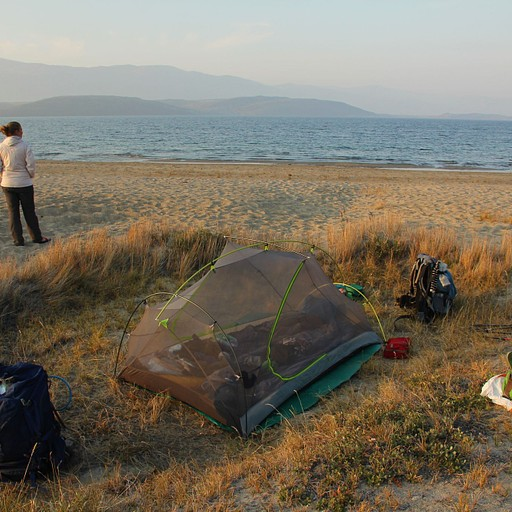 חוף לצד אגם Kangerluatsiarsuaq
