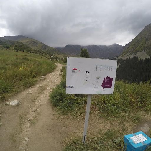 מפה בדרך ולידה קופסה עם ציוד שניתן לקחת או להשאיר לאחרים