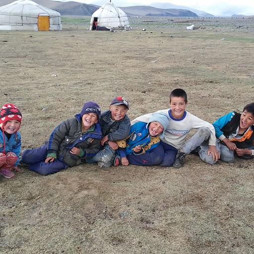 תמונה מהשמורה, אני ועוד שני המערביים שיחקנו כדורגל מול כל הילדים, ועל מנת שלא נכניס להם גול, חלק מהילדים התיישבו וחסמו את השער :)