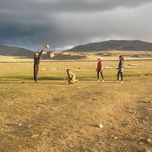 תמונה מהשמורה, משחקים כדור עף בשקיעה