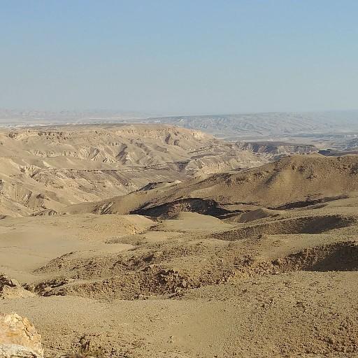 בקעת צין: הר צין מימין וגבעת מדור משמאל