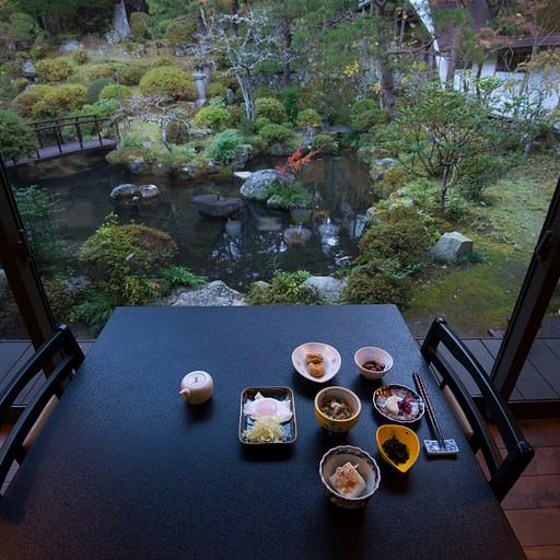 ארוחת הבוקר על רקע גן הזן היפה
