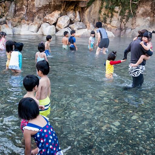 רוב הילדים מבסוטים מהבריכה החמה שרק נפתחה ב- Kwayu