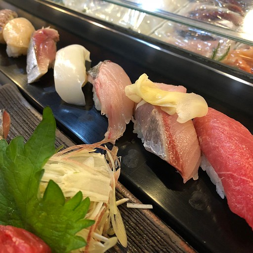 אולי הסושי הכי טוב שאכלנו בטיול, ובכלל. מסעדה קטנה בתוך שוק הדגים