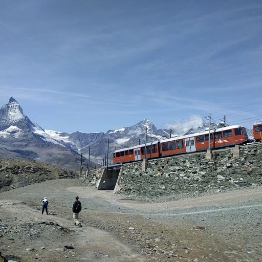 הדרך שמובילה מההר לאגם, חלקה במקביל לרכבת.