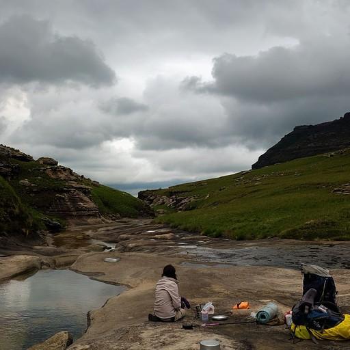 """פק""""ל קפה ליד בריכה רנדומלית בנהר שהתרוקן"""