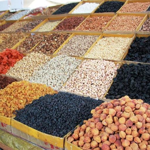דוכן ממוצע בסקטור הפירות היבשים באוש-בזאר