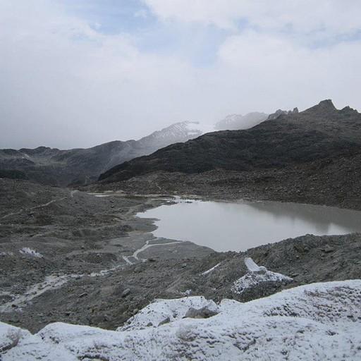 אגם קרחוני סמוך לתחילת הטיפוס