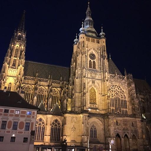 הכנסייה בלילה בתוך המצודה