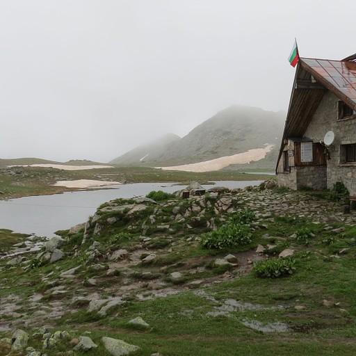 בקתת טבנו אזורו (צולם בבוקר היום למחרת בהפוגה מהערפל)