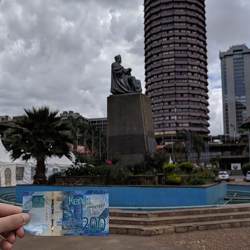 Kenyatta International Conference Center והפסל המפרוסם שלידו, מופיעים גם על השטר