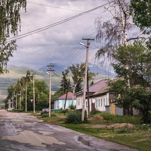 רחוב טיפוסי בקרקול על רקע ההרים