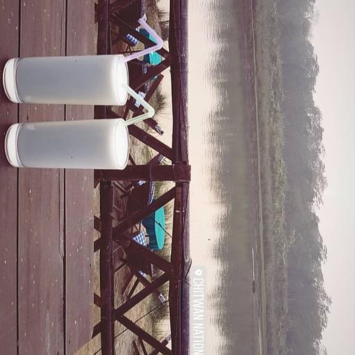 לשבת על הנהר בסוף יום ולשתות משהו קר, בתמונה בננה לאסי