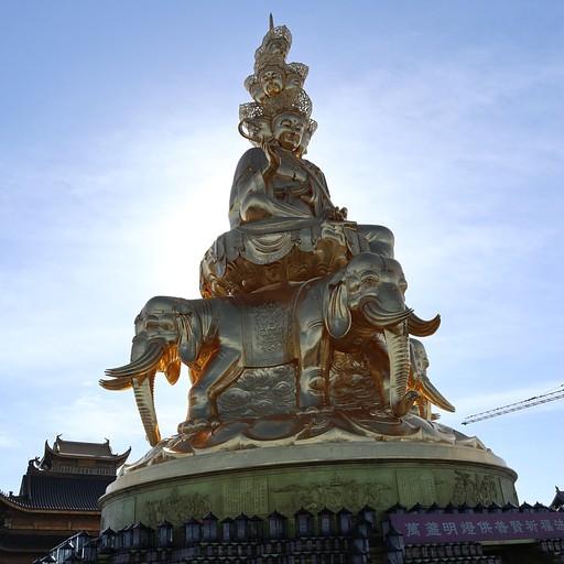 הפסל המוזהב מקרוב, בפנים יש מקדש