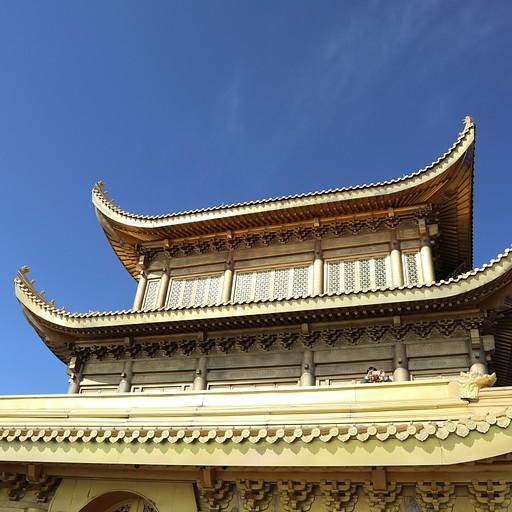 מקדש גדול מאחורי הפסל