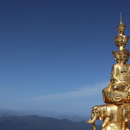 הפסל המוזהב על רקע ההרים