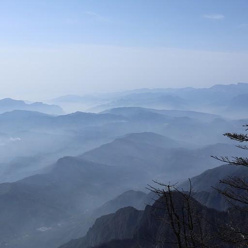 הרים בלתי נגמרים ועננים שמוסיפים לאווירת הקדושה