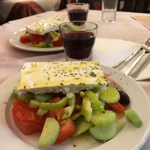 סלט יווני במסעדת Dion