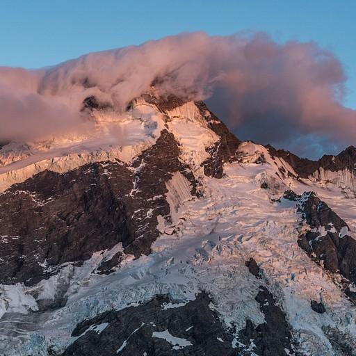 בזריחה עננים מלטפים את ההרים סביב