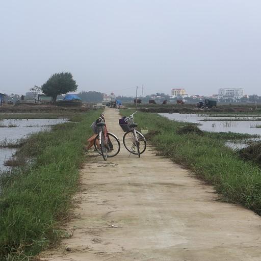 נסיעה בין הכפרים על אופניים