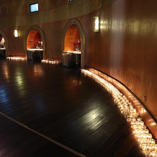 נרות ובודהות במקדש בתוך הפסל