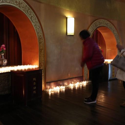 מתפללים בתוך המקדש של הפסל